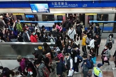 台北市内の地下鉄の様子。マスクをしていない人を見つけるのが難しいほどマスクの着用率は高い(3月12日、著者撮影)