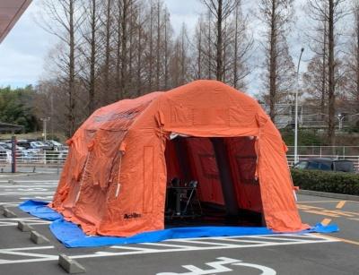 ある大学病院は流行期に備え、敷地内に臨時のテントを設営。疑い患者を診る体制を整えている