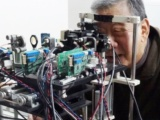 認知症の早期発見にテクノロジーで挑む、ヒントは声・表情・眼底に